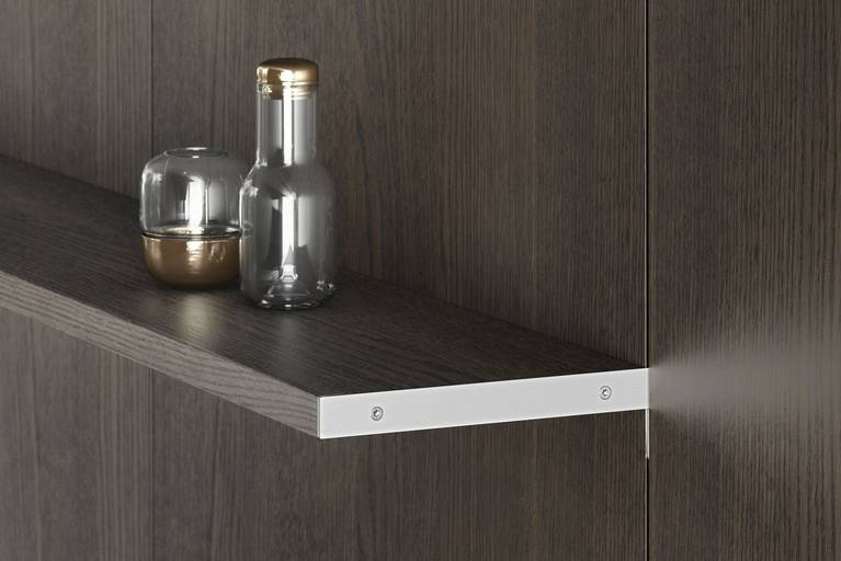 Veneer shelves in the panel system SieMatic FloatingSpaces provide additional storage space for the kitchen
